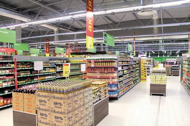 (Видео) Старушка попрошайничала у супермаркета, а потом купила продуктов на 900 гривен, села в такси и уехала
