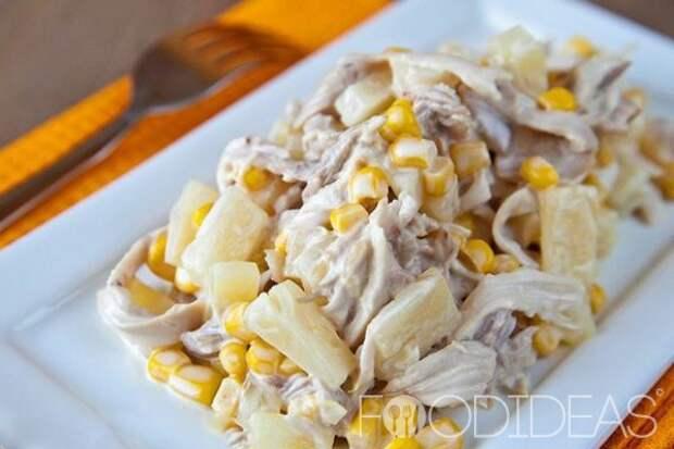 Салат с курицей, ананасом и кукурузой