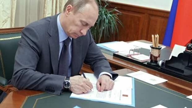 Путин подписал закон о совершенствовании запрета иметь счета в иностранных банках для некоторых категорий лиц