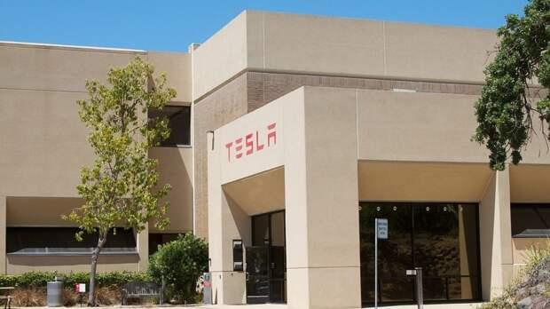Продажи электрокаров Tesla превысили объемы производства в 2021 году