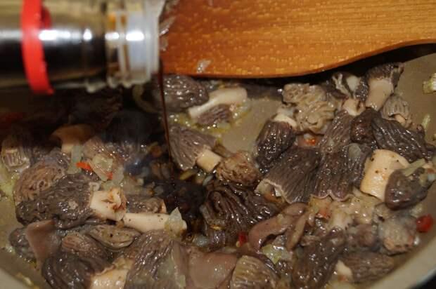 Рыбка с гарниром по восточному из свежих шапочек и сморчков.