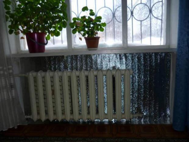 Теплоотражающий экран за батареей. | Фото: Domogreev.ru.