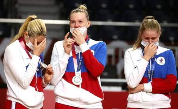 """На фото: игроки команды ОКР – серебряные медали, на церемонии награждения на Национальном стадионе """"Ееги"""" в Токио, Япония."""