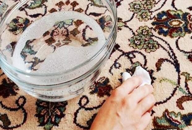 Продукт удалит пятна с ковра и нейтрализует запах мочи / Фото: skuke.net
