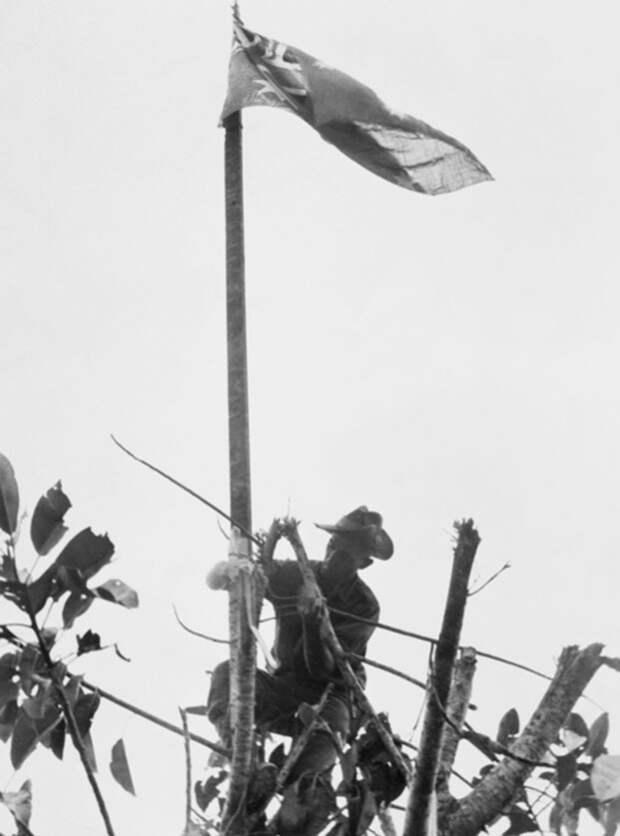 Сержант Том Деррик поднимает австралийский флаг над Сательбергом, 25 ноября 1943 года awm.gov.au - «Адский остров»: трагедия 18-й японской армии | Военно-исторический портал Warspot.ru