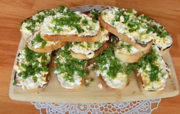 Острые закусочные бутерброды с чесноком и яйцом