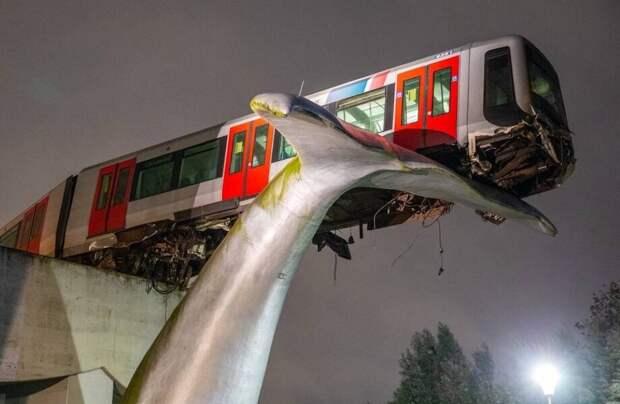 Невероятный случай: как сошедший с рельсов поезд спасла скульптура в виде хвоста кита