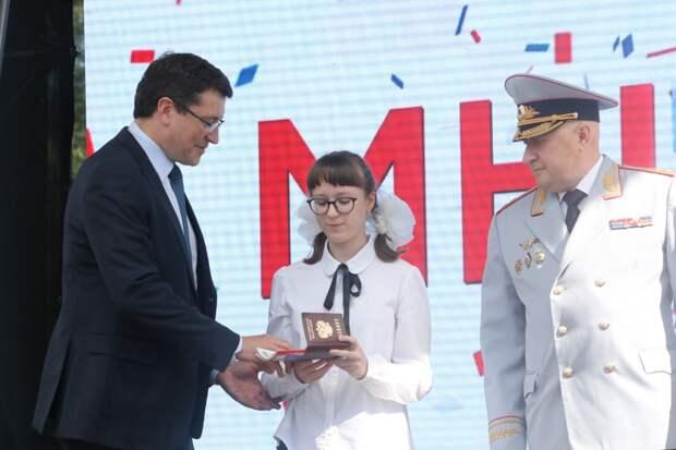 Глеб Никитин вручил паспорта нижегородским школьникам