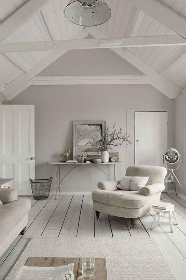 Потрясающий интерьер гостиной в светло-серых тонах, что выглядит просто замечательно.