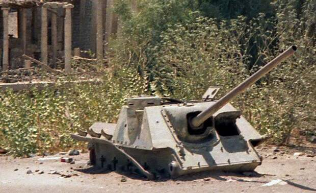 Подбитый и разобранный СУ-100, деревня Мариб, лежит там с 1990-ых. Источник: ЖЖ