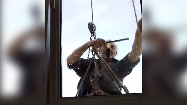 Профессиональный промальпинист моет окна. Два принципиально разных способа, быстро дающих прекрасный результат всем