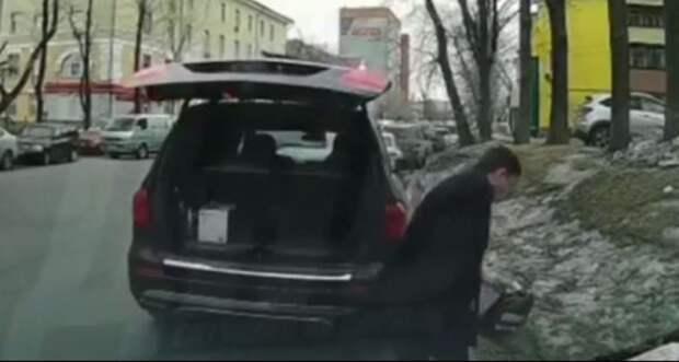 Депутата выгонят изЕР зато, что онвыбросил канистру изсвоего мерседеса