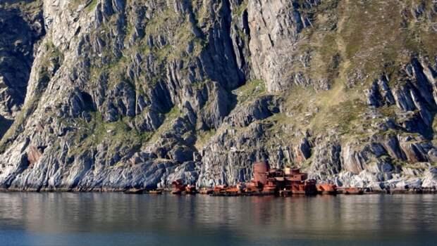 Крейсер «Мурманск» у скалистых берегов Норвегии.