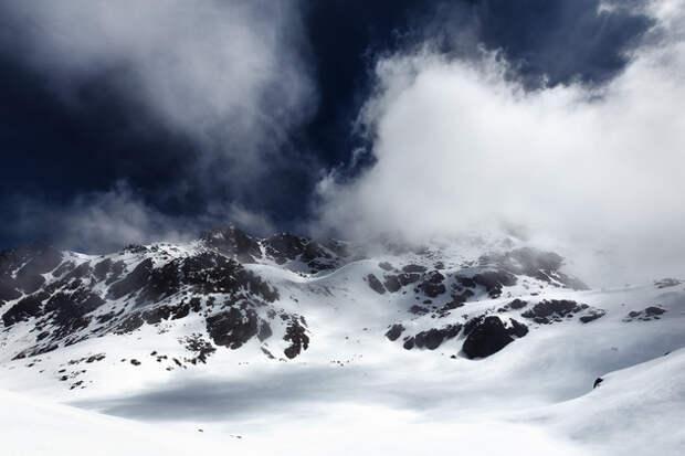 Что находится под снежным полем? Эту тайну знают облака.
