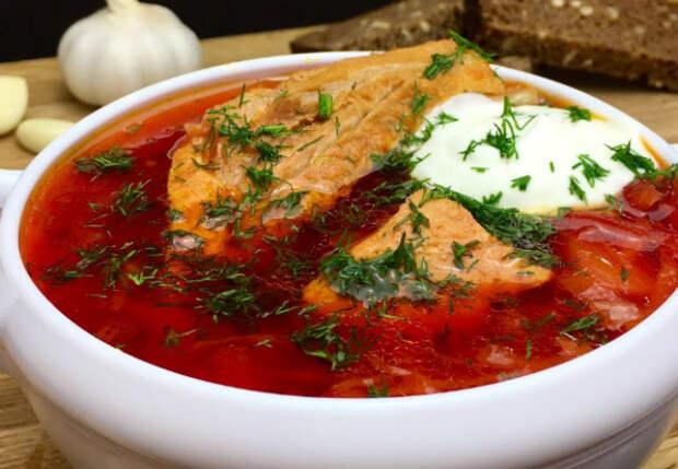 Варим самый красный борщ: добавляем острый томатный соус