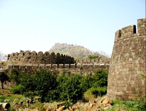 Крепостные стены Даулатабада. Источник http://tourpedia.ru/devagiri/