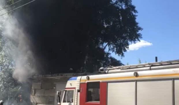 Гаражный бокс загорелся рядом с жилыми домами в Нижнем Тагиле