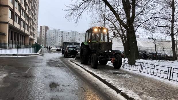 Водитель перевернулся на тракторе в Ленинградской области