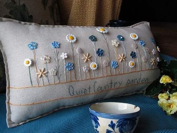 Интерьерные подушки с вышивкой и декоративными элементами