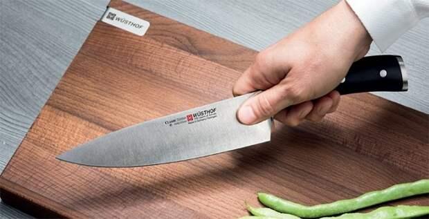 Большие ножи нужно держать правильно. / Фото: Blog.kitchenaid.ca