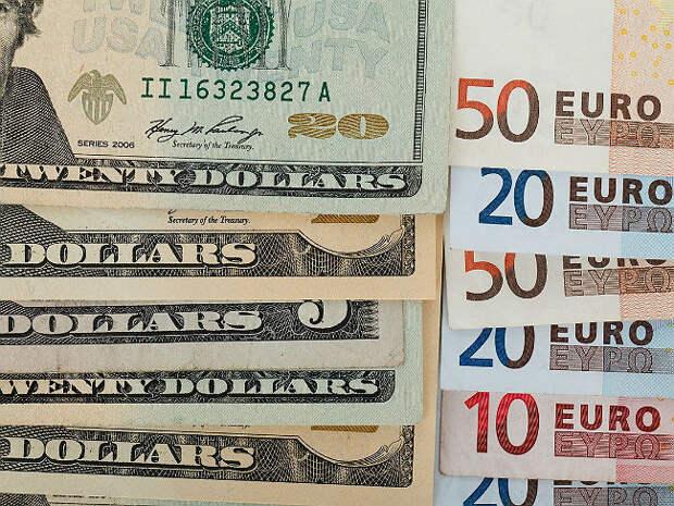 Банк России слегка поднял официальный курс доллара и чуть опустил евро