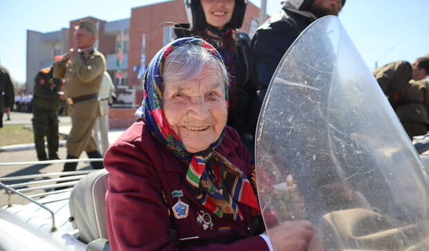 В Удмуртии 101-летнюю зенитчицу прокатили на мотоцикле