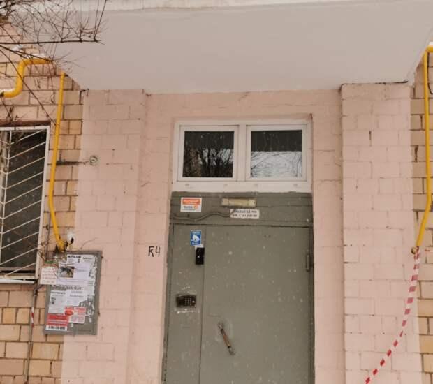 Коммунальщики починили козырек в подъезде дома на Санникова
