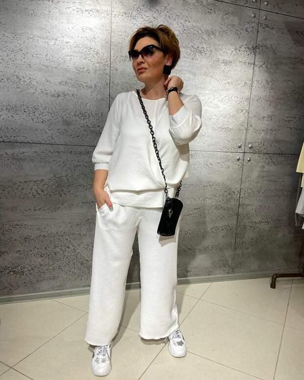 Интересный образ с белыми брюками. /Фото: wlife.site