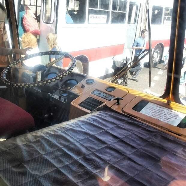 На месте справа от водителя частенько лежала мелочь, которую там раскладывал кондуктор автобусы, воспоминания, детство, ностальгия