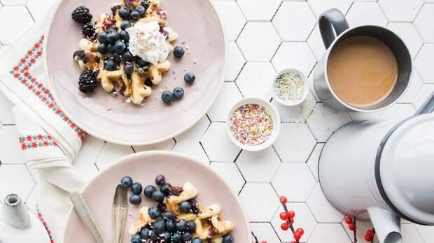 Диетолог Бобровский связал завтрак с вечерней тягой к перееданию