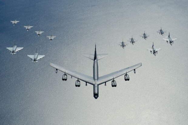 В-52 обрушит на врага свой арсенал, следуя за F-22 и F-35