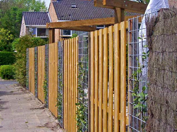 Комбинированный забор из дерева и металла. | Фото: Дача Своими Руками.
