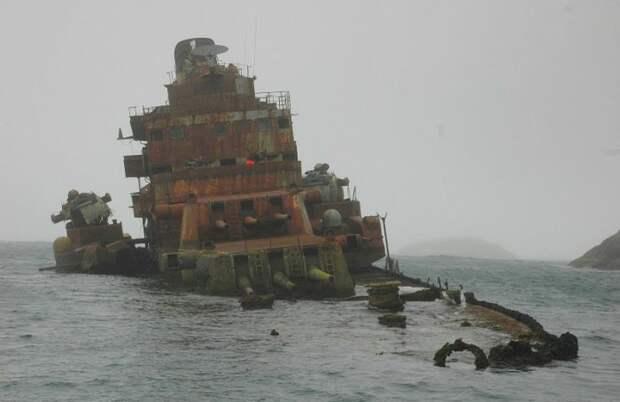 Боевая рубка и башни, возвышающиеся над водой.