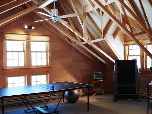 Комната для настольных игр, которую разместили под чердаком, понравится и создает просто крутое настроение.