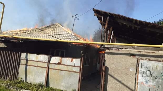 Частный дом и кровля хозпостроек горела в Алматы