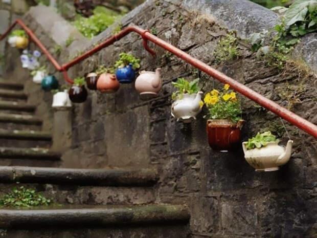 Старые заварники со сколами и трещинами можно превратить в очаровательные цветочные кашпо.