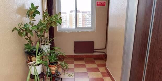 В подъезде дома на Молодцова отремонтировали доводчик двери