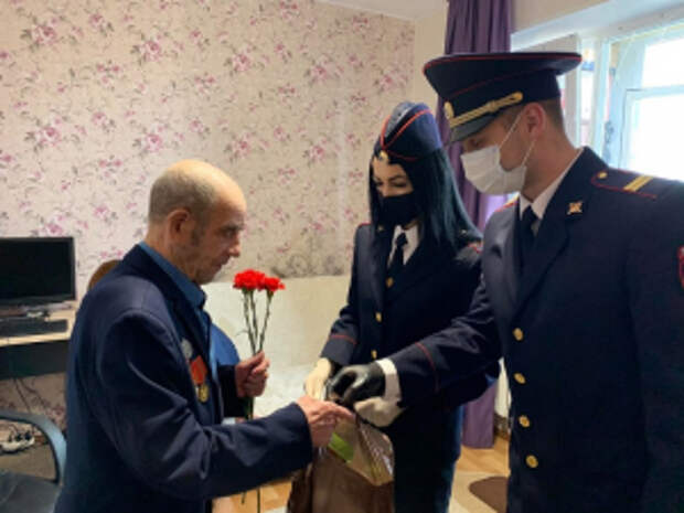 В Югре полицейские Нефтеюганского района поздравили ветеранов с Днем Победы