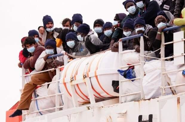 На итальянский остров Лампедуза прибыли более 500 мигрантов