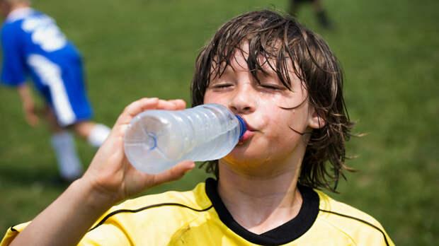 Вода во время тренировок помогает избежать обезвоживания, но не предотвращает появление судорог / Фото: b17.ru