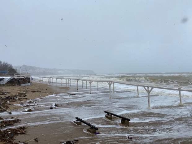 В Учкуевке и Севастополе поднялся шторм. ФОТО