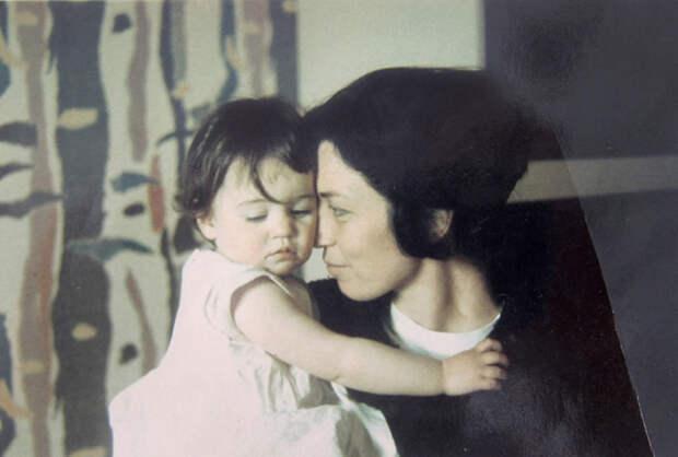 Маленькая Рэйчел и ее мать.