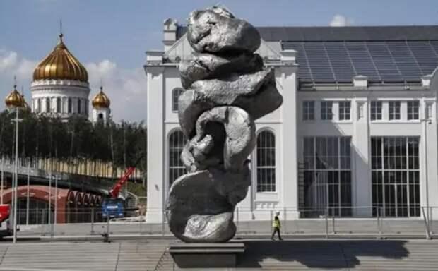 Кто с перформансом к нам придет… о скульптурной куче в центре Москвы
