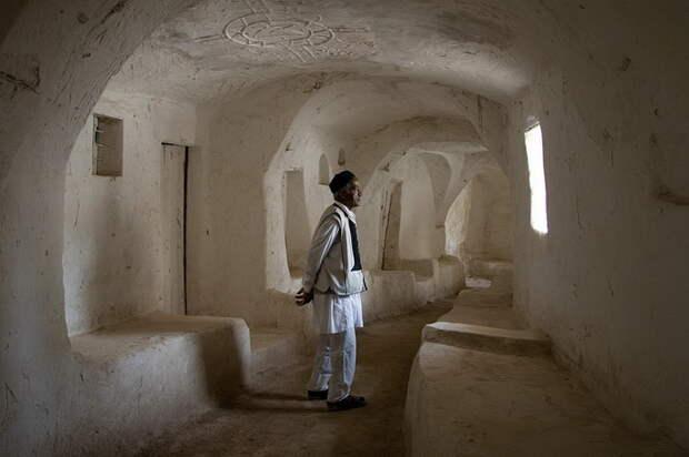 Город Гадамес на западе Ливии - один из старейших в Сахаре. Он основан на месте оазиса и отличается глиняными строениями с длинными переходами - это способ защитить жилище от палящего солнца пустыни