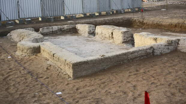 На территории города Аль-Айн, основанного рядом с оазисом, обнаружены следы одной из старейших мечетей - возрастом около 1000 лет