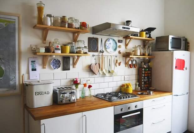 Практичные деревянные полки, которые помогут в организации кухонного пространства.