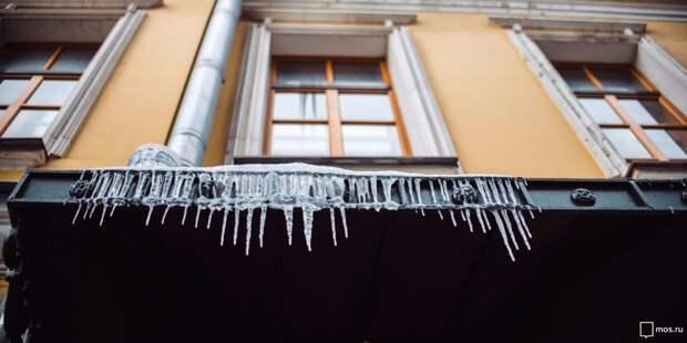 С балконов жилого дома на Ленской убрали опасные сосульки – управа