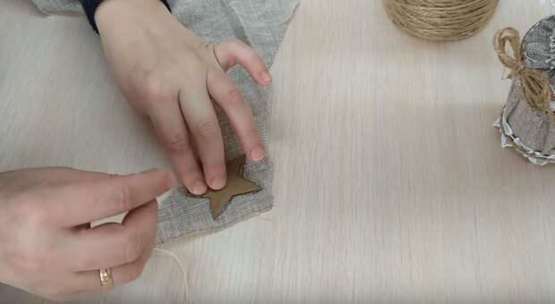 Вам обязательно понравится эта идея из джута и мешковины. Простой и очень красивый декор и подарок