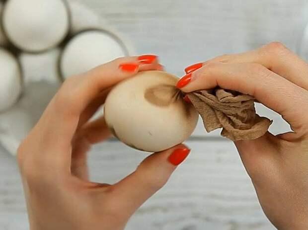 Красим яйца на Пасху в чулках. Шаг №2
