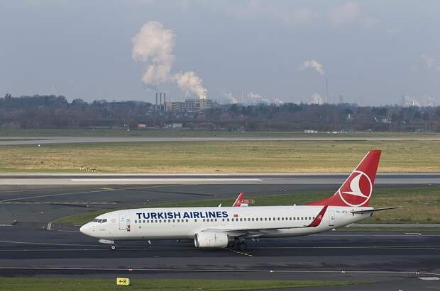 У московского офиса авиакомпании Turkish Airlines скопилась гигантская очередь